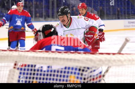Sochi, Russie. Feb 15, 2019. Le Président biélorusse Alexandre Loukachenko, centre, prend un tir au but lors d'un match de hockey sur glace avec le président russe Vladimir Poutine, #11, à l'Arène Shaiba, 15 février 2019 à Sotchi, Russie. Credit: Planetpix/Alamy Live News
