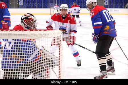 Sochi, Russie. Feb 15, 2019. Le président russe Vladimir Poutine, #11, centre, au cours d'un match de hockey sur glace avec le Président biélorusse Alexandre Loukachenko à l'Arène Shaiba, 15 février 2019 à Sotchi, Russie. Credit: Planetpix/Alamy Live News