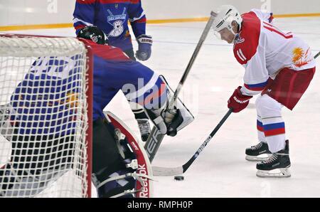 Sochi, Russie. Feb 15, 2019. Le président russe Vladimir Poutine, #11, droite, prend un tir au but lors d'un match de hockey sur glace avec le Président biélorusse Alexandre Loukachenko à l'Arène Shaiba, 15 février 2019 à Sotchi, Russie. Credit: Planetpix/Alamy Live News