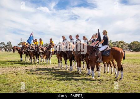 L'Australie V's New Zealand Match d'Exhibition - PoloCrosse PoloCrosse Ballarat - Tournoi annuel du Club - 16 février 2019 - Ballarat, Victoria, Australie.L'équipe de l'Australie et de la Nouvelle-Zélande s'alignent pour l'hymne national.Australie a gagné 29 buts à 15.Les deux équipes seront des carrés à nouveau le jour suivant pour un autre match amical avant les deux équipes de tête de la Coupe du Monde de Polocrosse Adina 2019 tenue dans le Queensland en Australie, du 22 au 28 avril 2019. Credit: brett keating/Alamy Live News Banque D'Images