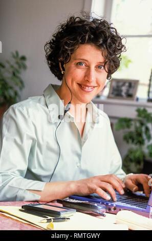 Une femme travaillant à son domicile d'un ordinateur portable.