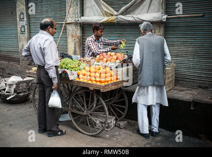 AGRA, Uttar Pradesh, Inde - février 24, 2015: l'achat de fruits l'homme musulman le vendeur sur le Taj Ganj Street Banque D'Images