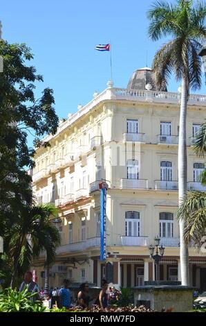 Cuba La Havane - Hôtel Inglaterra bâtiment avec le drapeau cubain dans le centre-ville historique Banque D'Images