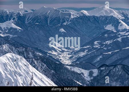 Montagnes hiver neige soleil en journée. Montagnes du Caucase, en Géorgie, à partir de la station de ski de Gudauri Banque D'Images