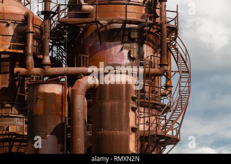 Zone industrielle, l'équipement d'oilrefining, Close-up de pipelines industriels d'une usine de raffinerie de pétrole, détail d'un oléoduc avec soupapes en grand Banque D'Images