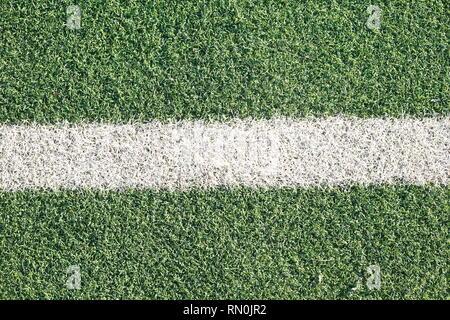 Touche, marque à la craie sur la pelouse sur un terrain de football Banque D'Images