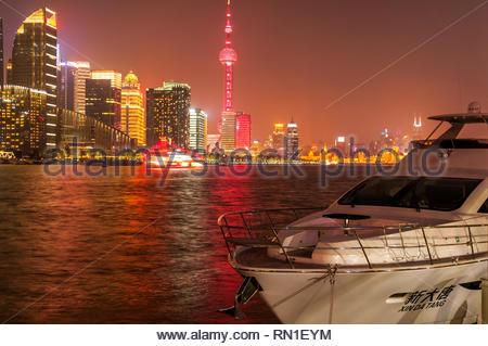 L'horizon de Pudong illuminé vu derrière Xin Da Tang, un yacht amarré sur la partie nord du Bund de Shanghai. Banque D'Images