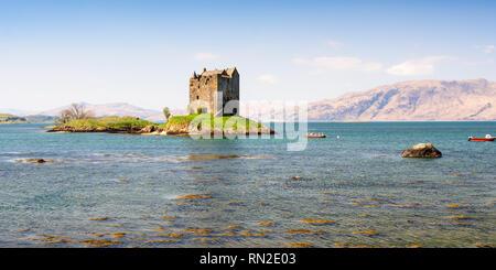 Le soleil brille sur la défensive de island house Castle Stalker dans le Loch Linnhe à Argyll dans l'ouest des Highlands d'Écosse, en tant que vedette dans Monty Python et Banque D'Images