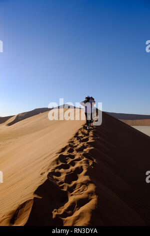 Les touristes escalade Big Daddy à côté des dunes de Sossusvlei Dead Vlei, Namibie Banque D'Images