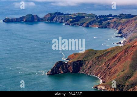 Les falaises escarpées au-dessus de l'océan Pacifique par le phare de Point Bonita dans le comté de Marin en Californie, vol de San Francisco, USA