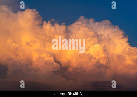 Ciel bleu et nuages blancs moelleux sur Ciel de coucher du soleil. Cumulus blancs. Ciel et nuages spectaculaires abstract background. L'arrière-plan par temps chaud. Pictur'Art Banque D'Images