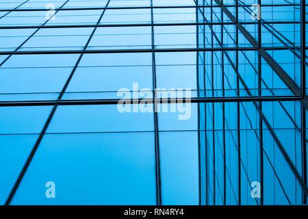 Vue en perspective du bâtiment de verre futuriste moderne résumé fond. L'extérieur de l'édifice de verre bureau d'architecture. La réflexion en transparent Banque D'Images