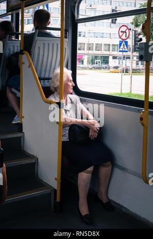 Femme âgée dans l'autobus en regardant par la fenêtre Banque D'Images