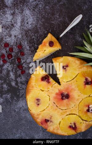 L'Ananas gâteau à l'envers. Vue d'en haut. Fond sombre. Banque D'Images