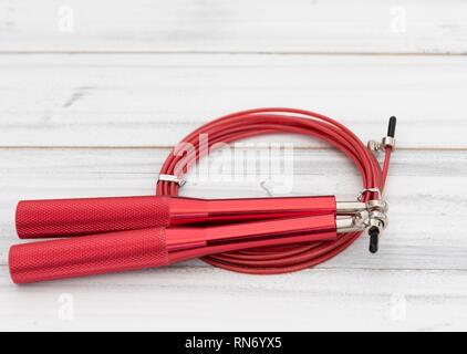 Corde à sauter moderne rouge sur fond de bois blanc,télévision lay Banque D'Images