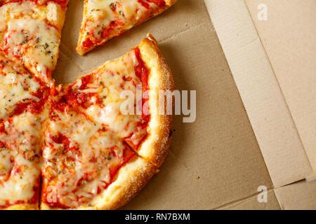 Pizza dans une boîte en carton. Vue de dessus Banque D'Images