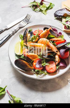 Salade de fruits de mer frais, moules, crevettes, légumes et herbes fraîches Banque D'Images