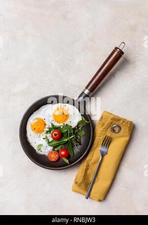 Pan noir avec les œufs, les herbes fraîches et de tomates cerises, fourchette et serviette à fond blanc. Concept d'alimentation saine. Vue de dessus, l'espace libre Banque D'Images