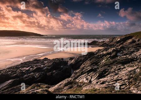 Un spectaculaire coucher de soleil sur plage de Crantock à marée basse à Newquay Cornwall. Banque D'Images