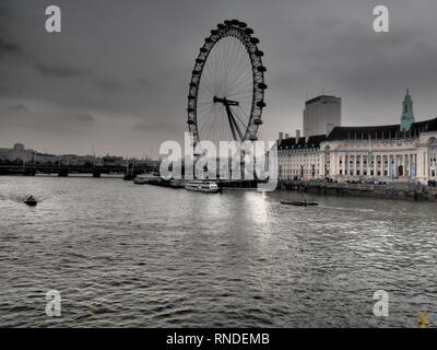 Vue sur le London Eye à partir de Westminster Bridge, Londres - Royaume-Uni Banque D'Images