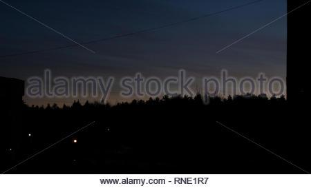 Coucher du soleil jaune sur la ville et les arbres, l'ombre profonde, l'arrière-plan Banque D'Images