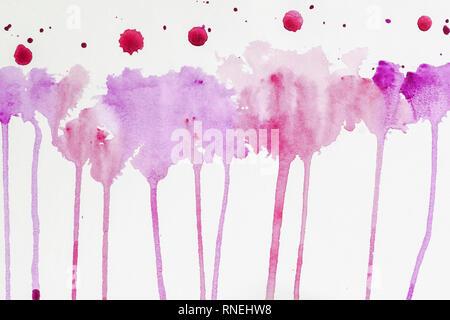 Aquarelle en cours à la main. Aquarelle abstraite, les taches colorées de texture dans les tons de pourpre et violet couleurs sur papier blanc