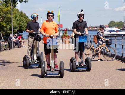 Copenhague, Danemark - 27 juin 2018: un petit groupe de personnes sont à l'aide de deux-roues Segway auto-équilibrage transporteurs personnels près du petit Mermai Banque D'Images