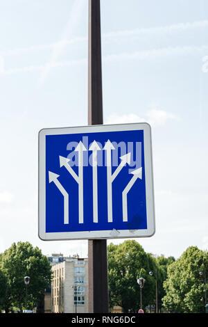 Signe de la circulation d'information bleu poster plus d'un ciel bleu clair montrant plusieurs avenues de ramification à Paris, France avec ciel bleu clair dans le bacgrkound Banque D'Images