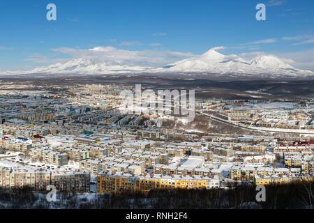 Paysage d'hiver les bâtiments résidentiels de la ville de Petropavlovsk-kamtchatski, décor volcans du Kamtchatka. Extrême-Orient russe Banque D'Images