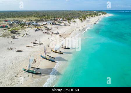 Pirogues sur Ambola Beach, Madagascar Banque D'Images