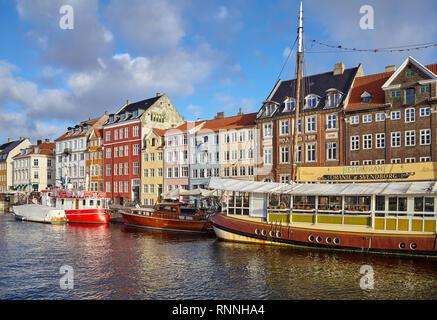 Copenhague, Danemark - 22 octobre 2018: Nyhavn, 17e siècle, au bord de canal et de divertissement à Copenhague.