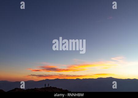 Coucher du Soleil vue sur la vallée de la mort (Badwater) vers la Panamint Range. Vue depuis Dante's view, Death Valley National Park, California, United States. Banque D'Images