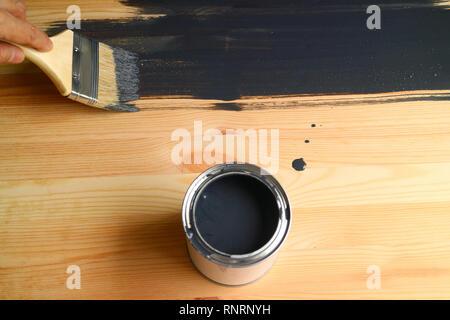 Peinture à la main la planche en bois avec peinture gris foncé Banque D'Images