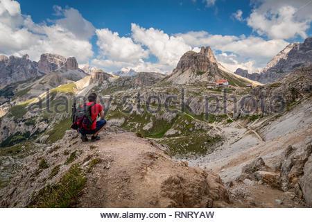 Homme voyageur randonnée seule dans un paysage à couper le souffle des montagnes des Dolomites en été en Italie. Banque D'Images
