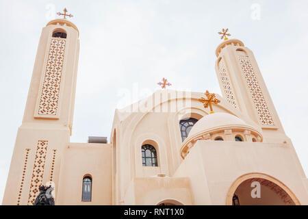 L'Église copte orthodoxe chrétienne à Charm el-Cheikh, en Égypte. Jour de pluie sur l'extérieur Banque D'Images