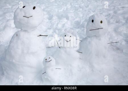 Une famille de bonhommes de neige dans un parc à Tsukushino, Tokyo, Japon. Dimanche 9 Février 2014