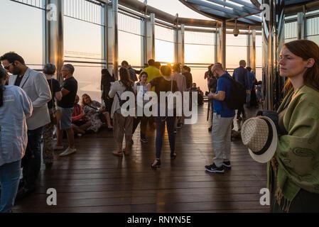 Dubaï, Émirats arabes unis - Février 17, 2018: les touristes regarder le lever du soleil à la terrasse d'observation au sommet de Burj Khalifa - le plus haut bâtiment au monde, United Ar Banque D'Images