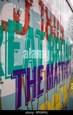 SWINDON, Royaume-Uni - 16 février 2019 - Travail d'art sur un hording Whalf Wapping à Bristol Banque D'Images