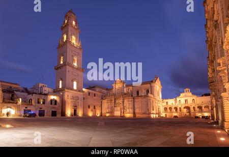 La Piazza del Duomo , le campanile et la tour de la cathédrale de la Vierge Marie (Basilica di Santa Maria Assunta in Cielo) dans Lecce - Pouilles, Italie pendant la nuit Banque D'Images