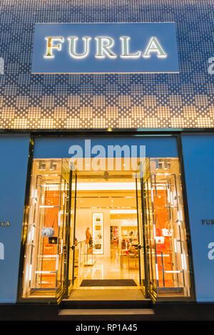 6c4bac3bdd590 Sacs à main de luxe boutique marque Furla store Vérone Italie  Le Japon
