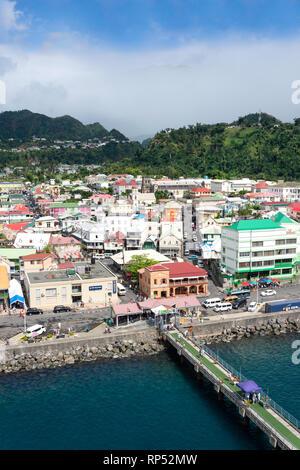 Vue sur la ville d'un navire de croisière, Roseau, Dominique, Lesser Antilles, Caribbean Banque D'Images