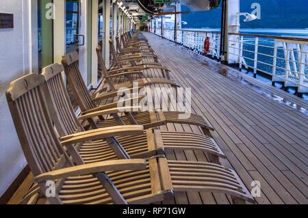 15 septembre 2018 - Skagway AK: Rangée de bateau de croisière en bois vide piscine transats à bord des croisières Holland America's la Volendam. Très tôt le matin, tandis que Banque D'Images
