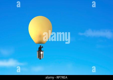 Businessman dans un ballon à air chaud de la lampe jaune voler au-dessus de ciel bleu Banque D'Images