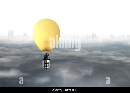 Businessman dans un ballon à air chaud de la lampe jaune survolant la ville gris fond ciel cloudscape Banque D'Images