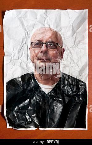 Photo portrait d'un homme chauve avec des lunettes et froissé froissé, concept de vieillissement