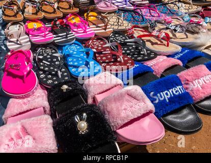 Khartoum, Soudan, le 5 février. 2019: Avis d'une échoppe de marché avec sandales et beaucoup de couleurs vives en tissu, feutrine et éponge. Banque D'Images
