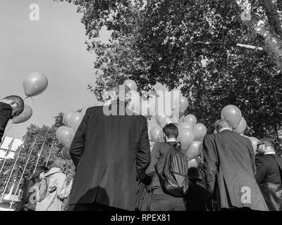 STRASBOURG, FRANCE - OCT 18, 2018: lancement de ballons en face de Conseil de l'Europe inauguration de l'exposition ouvrira les yeux sur la traite des noir et blanc Banque D'Images