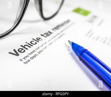 Détail d'un rappel d'impôt véhicule Lettre ou formulaire avec des lunettes et un stylo sur un bureau avec copie Espace Banque D'Images
