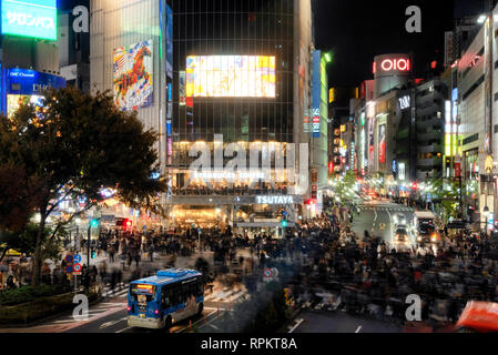 L'exposition lente image de croisement de Shibuya à Tokyo, Japon, en tant que piétons traverser l'intersection Banque D'Images