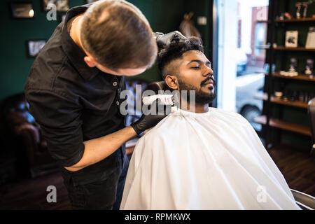 Close up of hairstylist haute coupe de cheveux du client
